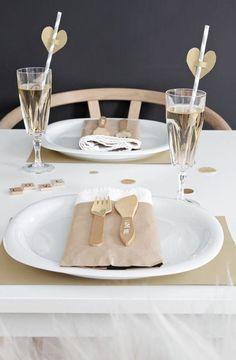 Une déco de table dorée pour une Saint-Valentin en toute simplicité