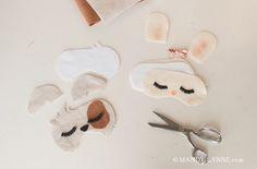 Están hechas de fieltro y si preparas los patrones y cortas la tela, los niños pueden rematar luego estas preciosas máscaras infantiles de animales para irse a dormir (o para […]
