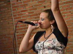 """No encontro de abertura, o sarau """"Aperte o play na poesia"""" recebe a cantora DeDeus MC, que apresenta no palco as músicas de seu primeiro trabalho, intitulado """"Destino"""". A partir das 19h, com entrada Catraca Livre."""