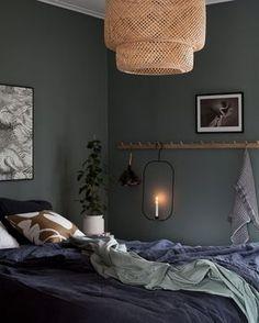 Ändå sen jag och Johan bodde på Nofo Hotel i vintras så har jag varit sugen på att göra sovrummet mörkare. Jag har ju inte alls hakat på den trenden, men ångrar inte en sekund att jag målade om. Det blev så himla fint och det mörka passar superbra i sovrummet. Jag testade Nordsjös matta färg Ambience och valde en kulör från deras Neutrals. Koden är L8.04.50 och färgen är mörkgrön med grå undertoner. Beroende på hur ljuset slår in i rummet kan den skifta lite mot blått. Återigen är det…