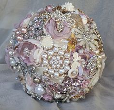 Blush pink, winter white and rose gold brooch bouquet - absolutely charming and gorgeous Broach Bouquet, Wedding Brooch Bouquets, Gold Brooches, Vintage Brooches, Broschen Bouquets, Autumn Theme, Winter White, Blush Pink, Christmas Bulbs
