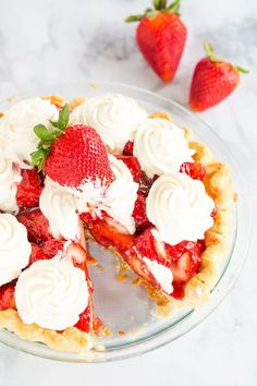 Low Unwanted Fat Cooking For Weightloss This Fresh Strawberry Pie Sits On My Favorite Pie Crust, Is Held Together With A Delicious Homemade Glaze, And Adorned With The Best Whipped Cream. A Perfect Summer Dessert Fresh Strawberry Pie, Strawberry Desserts, Cheesecake Strawberries, Easy Desserts, Delicious Desserts, Dessert Recipes, Sweet Whipped Cream, Trifle Pudding, Tart Recipes