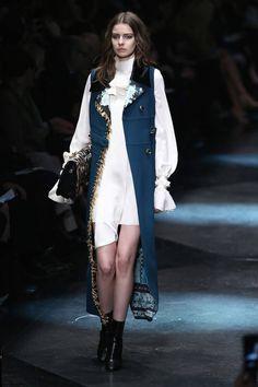 Milano Moda Donna AI 2015/2016: la sfilata di Roberto Cavalli | Spolverino smanicato turchese | Foto
