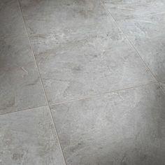 Slitstark klinkerplatta i granitkeramik som finns i färgerna Bauhaus, Bathroom Inspo, Bathroom Inspiration, Tiled Hallway, Room Goals, Floor Design, Wall Tiles, Tile Floor, New Homes