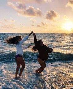 ✺ ✧ ♡ s u m m e r bff pictures, summer pictures ve summer p Foto Best Friend, Best Friend Photos, Best Friend Goals, Friend Pics, Cute Beach Pictures, Cute Friend Pictures, Happy Pictures, Beach Sunset Pictures, Tumblr Summer Pictures