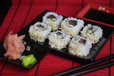 Jak zrobić Sushi Uramaki z Tuńczykiem? - Efektowne i smaczne sushi. W naszym przepisie Video użyliśmy tuńczyka oraz delikatnego serku philadelphia i soczystego awokado, Smakuje niesamowicie, Sprawdź i zostaw nam swój komentarz :)