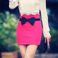 Tee shirt blanc et jupe rose avec nœud noir