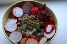 Abends dann noch schnell die restlichen Kichererbsen vom Mittag verarbeitet, hat Lea diese feine Mischung aus Kichererbsen mit Radieschen-Grün angebraten, etwas Tomatenmark und einigen Radieschen gezaubert.