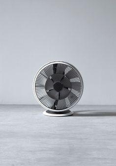 BALMUDA GreenFan Cirq | 空気を循環させると室温のムラを解消します。夏場、エアコンの設定温度を上げても、いままで以上に快適になります。 Balmuda Greenfan, Air Fan, Modern Fan, Electric Fan, Google Glass, Type Setting, Small Appliances, Apple Products, Clean Design