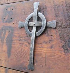 Croix celtique à la main en fer forgée en fer