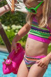 Bikini in diverse zomerse kleuren en grafische prints. Het topje heeft een rechte bovenkant met smalle verstelbare bandjes in hardroze. Handwas, niet in droger.