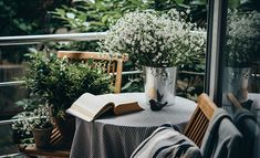 A book and a vase with flowers sitting on a small round table on a patio. All Year Round Plants, Back Porch Makeover, Pallet Furniture Easy, Climbing Hydrangea, Book Flowers, Balcony Furniture, Balcony Design, Balcony Ideas, Porch Ideas