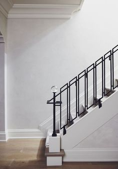 40 Awesome Modern Stairs Railing Design for Your Home Interior Stair Railing, Modern Stair Railing, Wrought Iron Stair Railing, Stair Railing Design, Stair Handrail, Staircase Railings, Modern Stairs, Railing Ideas, Staircases