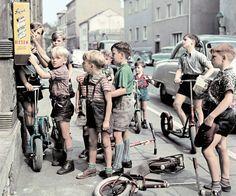 """Josef Heinrich Darchinger/ Taschen Verlag: """"Eine Stange Paradies"""": Für zehn Pfennig gab es 1955 eine Stange mit fünf Karamellbonbons - eines der berühmten Darchinger-Motive aus der Wirtschaftswunderzeit."""