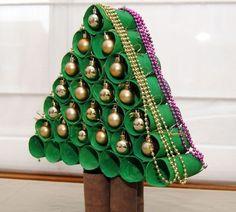 Árvore de Natal com rolos de papel higiênico.