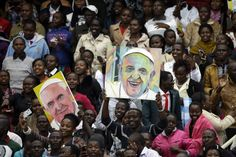 Pape François - Pope Francis - Papa Francesco - Papa Francisco- novembre 2015 : voyage en Afrique, Kenya-Ouganda-Centrafrique-Youths hold images of Pope Francis prior to his arrival for a meeting at Kasarani Stadium, in Nairobi, Kenya, Friday, Nov. 27, 2015. Pope Francis is in Africa for a six-day visit that is taking him to Kenya, Uganda and the Central African Republic.