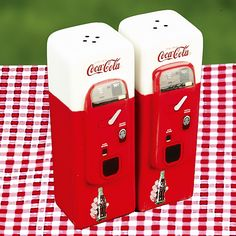 Coca-Cola Vending Machine: Home Collectible Salt and Pepper Shaker Set