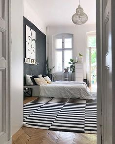 Ein riesiger Teppich, asymmetrisch unterm Bett und bis zur Tür reichend: das wirkt gleich konzeptionell und zieht den großen Raum optisch zusammen. Area Rugs, Design, Furniture, Berlin, Home Decor, Dark Carpet, Small Area Rugs, Living Room Ideas, Interior
