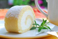 Il rotolo di pan di spagna con crema allo yogurt è un dolce goloso, perfetto per ogni stagione e da poter arricchire in molti modi. Ecco la ricetta Ricotta, Vanilla Cake, Cheesecake, Pudding, Sweets, Bread, Baking, Desserts, Recipes