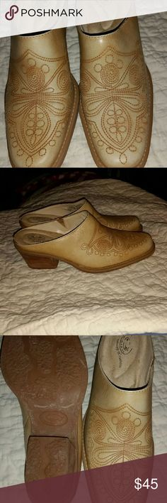 These are western slides These are light tan with a little darker stiching. Only worn a couple times. They have a 1 inch heel. Dr. Scholl's Shoes Ankle Boots & Booties