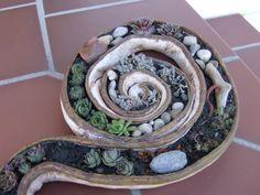 Diese Schale sieht sehr schön in einem Steingarten oder einem Hauseingang aus.  Mann kann sie mit eigenen Fundstücken wie z. B. Steinen, besonders geformten Holzstücken oder Muscheln dekorieren. ...