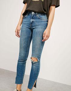 Jeansy rurki z niskim stanem i rozcięciami po bokach.  Odkryj to i wiele innych ubrań w Bershka w cotygodniowych nowościach