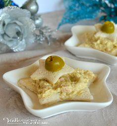 Tartine a stella con mousse di tonno e olive, sfiziose e facili da preparare, ideali per la vigilia di Natale come antipasto e aperitivo sfizioso