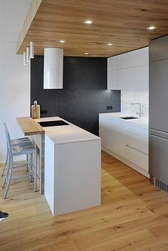 Kuchyňský ostrůvek s varnou deskou - podhled se zapuštěnými světly opticky zatepluje medový dub