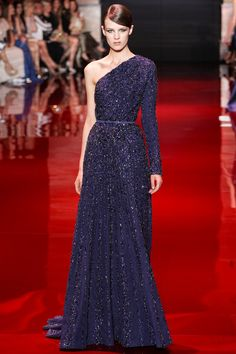 Elie Saab Fall Haute Couture – For his fall 2013 haute couture collection, Elie Saab opened with a fiery section of ruby-red gowns covered in carmine sequins. Elegant Dresses, Lace Dresses, Pretty Dresses, Prom Dresses, Club Dresses, Short Dresses, Elie Saab Couture, Fashion Catwalk, Fashion Show
