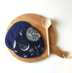 navy blue potholders - modern floral fabric potholders - blue kitchen gift - hostess gift - floral print natural history ikea fabric #redstitch