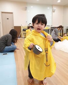 A imagem pode conter: 2 pessoas, pessoas em pé, criança e área interna Cute Asian Babies, Korean Babies, Asian Kids, Cute Baby Boy, Cute Boys, Foto Snap, Kids Boys, Baby Kids, Cute Babies Photography