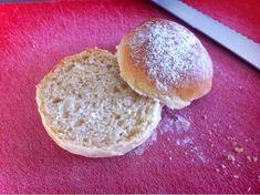 Bløde kærnemælksboller drysset med mel