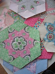 diamond patchwork into hexagons Quilting Tutorials, Quilting Projects, Quilting Designs, Sewing Projects, Star Quilts, Quilt Blocks, Easy Quilts, Paper Piecing Patterns, Quilt Patterns