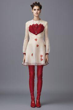 ¿Marc Jacobs meets Miu Miu con un toque de Dries Van Noten? Es lo que tiene presentar 84 looks en una misma colección, que ves referencias por todos lados,