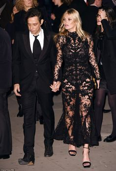 Look chic in black lace like Kate in her Alexander McQueen Dress Ella Moss, Celebrity Red Carpet, Celebrity Style, Alexander Mcqueen Savage Beauty, Black Lace Gown, Look Chic, Kate Moss, Nice Dresses, Dress Up