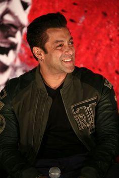 Bollywood superstar Salman Khan launched the first trailer of his much-awaited film Jai Ho in Mumbai. Bollywood Couples, Bollywood Photos, Bollywood Actors, Salman Khan Photo, Shahrukh Khan, Salman Katrina, Salman Khan Wallpapers, Arbaaz Khan, Suits