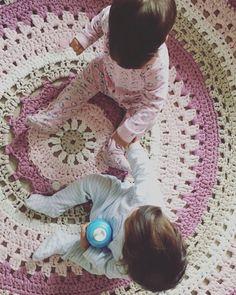 PATRÓN ALFOMBRA PRETTY PASO A PASO (GANCHILLO XXL) Me lo habéis pedido tantas veces, que ya no sabía como deciros que estaba en … Crochet Bolero, Crochet Mat, Crochet Rug Patterns, Love Crochet, Crochet Doilies, Crochet Humor, Free Pattern, Diy And Crafts, Cross Stitch