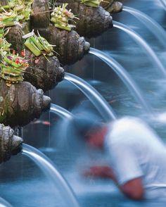 Les sources sacrées de Tirta Empul sont enveloppées d'une aura mystique : elles sont très convoitées pour leurs vertus purificatrices et médicales. Dans plusieurs cours consécutives, un ensemble de plusieurs temples magnifiques, parsemés de bassins où se déversent les eaux sacrées, se succèdent. À découvrir lors de votre escale croisière à Bali.