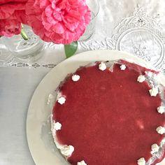 La cheesecake è uno dei dolci più golosi e versatili che ci siano! Preparate con noi questa semplice versione alle fragole