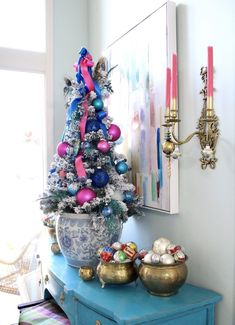 Create a colorful Chinoiserie Style Christmas with these Christmas Decor Ideas. White Christmas Ornaments, Christmas Bows, All Things Christmas, Christmas Tree Decorations, Vintage Christmas, Christmas Crafts, Christmas Trees, Winter Decorations, Christmas Settings