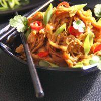 Recept : Trhané kuře s medovo-česnekovou omáčkou | ReceptyOnLine.cz - kuchařka, recepty a inspirace Delicious Dinner Recipes, Lunch Recipes, Healthy Gluten Free Recipes, Vegetarian Recipes, Asian Recipes, Ethnic Recipes, Chow Mein, All Vegetables, Easy Weeknight Dinners