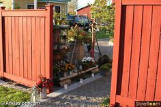 Plank till entrén? Fence Gate, Fences, Plank, House Colors, Garden Inspiration, Shed, Deck, Backyard, Outdoor Structures