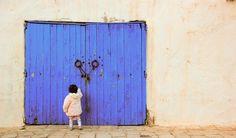 Pequeña tunecina deambulando en Sidi Bou Said
