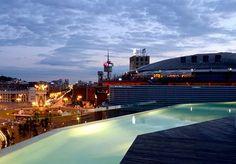 Un albergo dal design minimale insuperabile, con piscina sul tetto e drink di benvenuto.