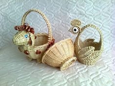 Diy And Crafts, Arts And Crafts, Paper Weaving, Newspaper Crafts, Paper Basket, Basket Decoration, Paper Straws, Diy Projects To Try, Basket Weaving