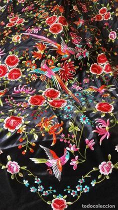 Antigüedades: Antiguo Mantón de manila con denso bordado de flores y pájaros exoticos chinescos - Foto 5 - 62787136