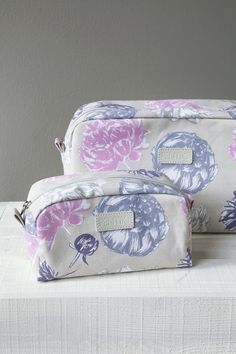 Beautiful, flower-printed Laura make-up bag carries all the make-up you need during the day. The material of the bag is laminated canvas and its interior is made of nylon. in size, this bag can be sealed with a zipper. During The Day, The Make, Flower Prints, Toilet, Bed Pillows, Spa, Bathroom, Printed, Canvas