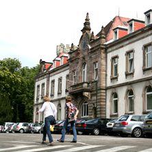 Villa du HasenreinLa villa du Hasenrain (aujourd'hui bâtiment administratif de l'hôpital) est sans doute la première demeure d'habitation permanente du Rebberg. A l'origine maison de campagne, construite vers 1800 par Jean-Jacques Koechlin au lieu dit Hasenrain, elle est sans doute reconstruite vers 1850 par son fils André, le fondateur en 1826 de l'usine de constructions mécaniques AKC qui devient la SACM en 1872. Il en fait sa maison d'habitation permanente.