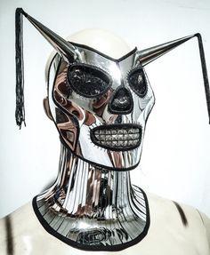 266598f94ce7 Ce masque a un visage de crâne avec cornes et franges La pièce est faite de