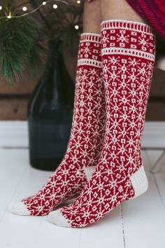 Knitted from fingering-weight Novita Venla, the Tähtisumu (Stardust) socks feature an amazing, detailed star pattern that makes for an exciting project for the experienced sock-knitter. Cable Knitting Patterns, Christmas Knitting Patterns, Lace Knitting, Knitting Socks, Knit Patterns, Lace Socks, Wool Socks, Patterned Socks, Knitting Accessories